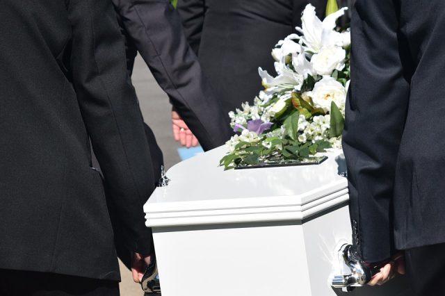 Quelle est la différence entre un service funéraire et un service commémoratif ?
